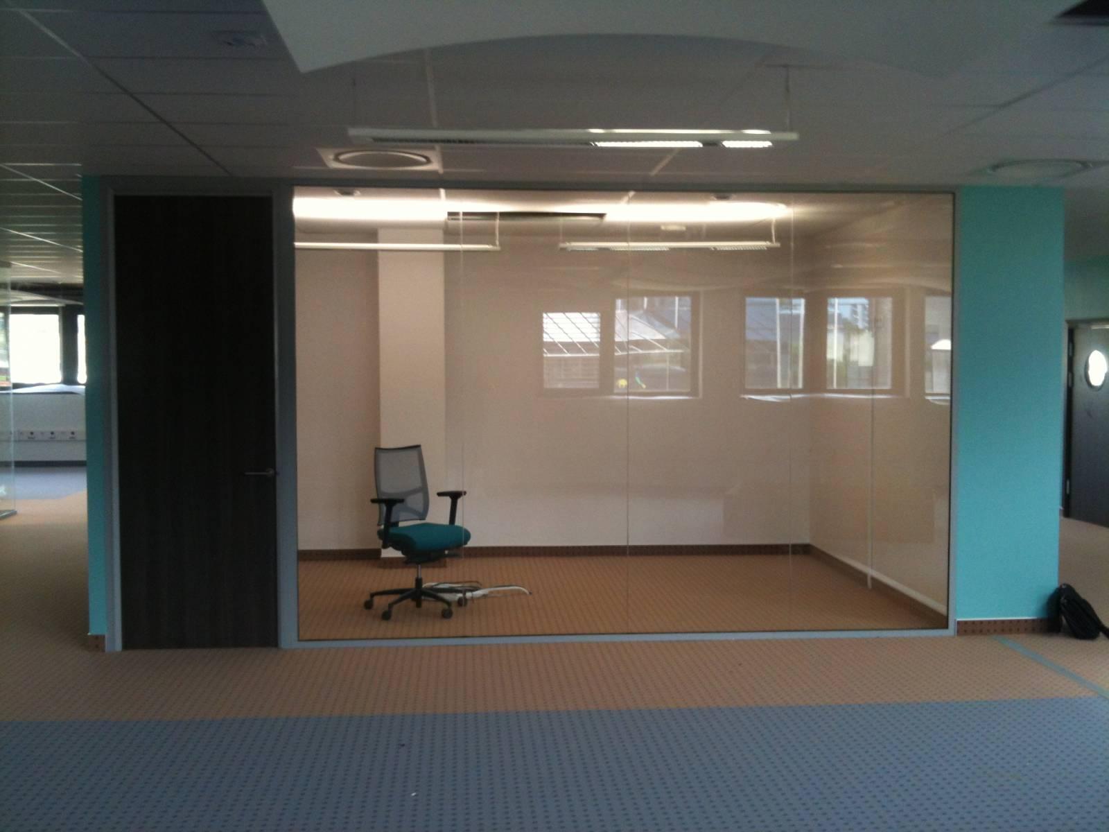 Installation de cloisons vitr es dans des bureaux Installation double vitrage